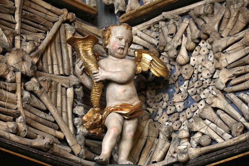 Neben all den Knochen in der Goldenen Kammer finden sich auch zahlreiche Figuren.