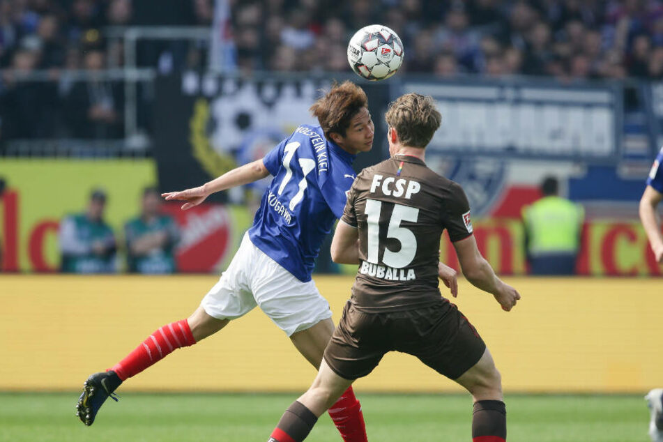 Daniel Buballa kam im Zwiekampf mit Kiels Masaya Okugawa zu spät.