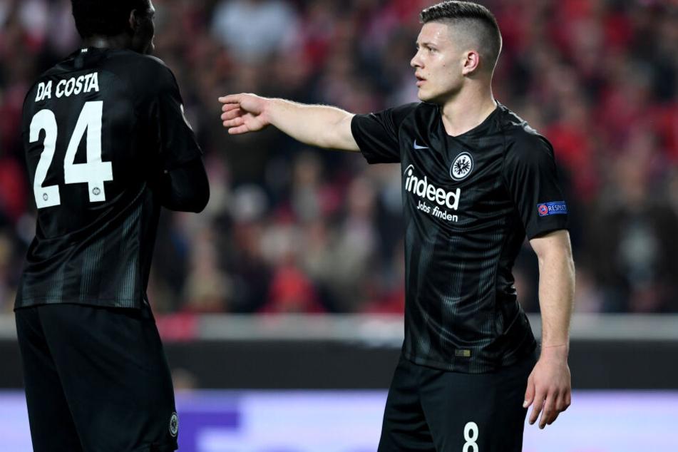 Eintracht-Knipser Luka Jovic (Re.) mit seinem Teamkollegen Danny da Costa beim Europa League-Viertelfinal-Hinspiel bei Benfica Lissabon.