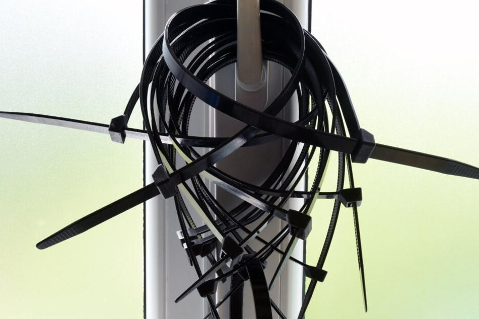 Nach einem Angriff mit einem Kabelbinder im Kölner Karneval fahndet die Polizei nach dem Täter. (Symbolbild)