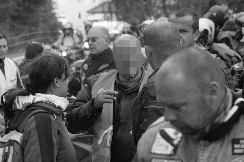"""Unvergessen: Norbert B. vom Motorradclub """"beinhart"""" in Pirna, mit Ordnerweste und Zigarette im Mund."""