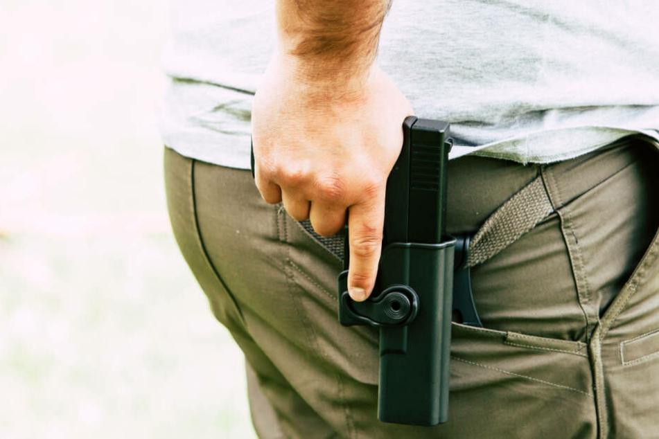 Mit einem Mitarbeiter des Hotels holte der Polizist dann seine Dienstwaffe aus dem mittlerweile wieder belegten Zimmer. (Symbolbild)
