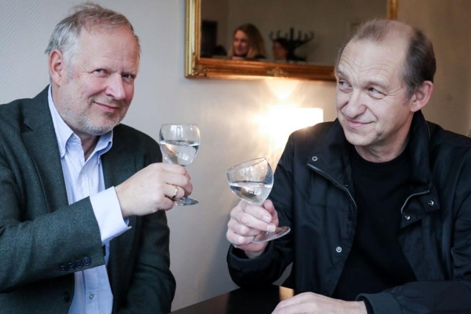 Besser zu erkennen? So wie auf diesem Bild mit Peter Heinrich Brix (rechts) sieht Axel Milberg auch im Kieler Tatort aus.