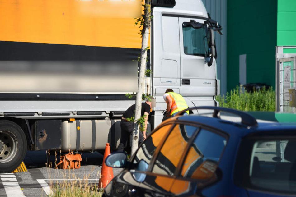 Fahrradfahrer wird von Lastwagen überrollt und stirbt