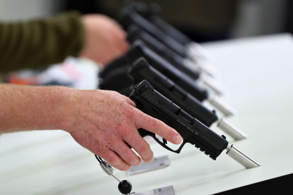 Handfeuerwaffen des deutschen Herstellers Heckler & Koch auf einer Fachmesse. (Symbolbild)