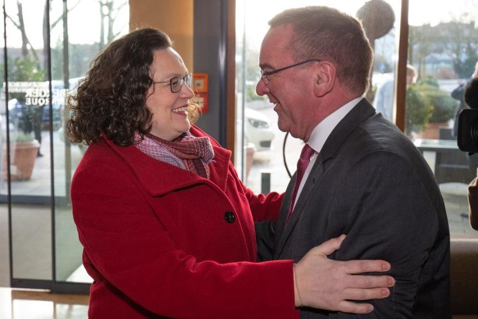 Andrea Nahles (l.), Vorsitzende der SPD, wird von Boris Pistorius, Innenminister des Landes Niedersachsen, begrüßt