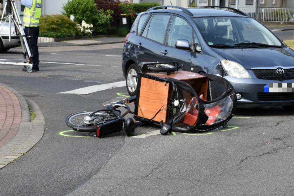 Das Lastenrad wurde bei dem Unfall von dem Auto erfasst.