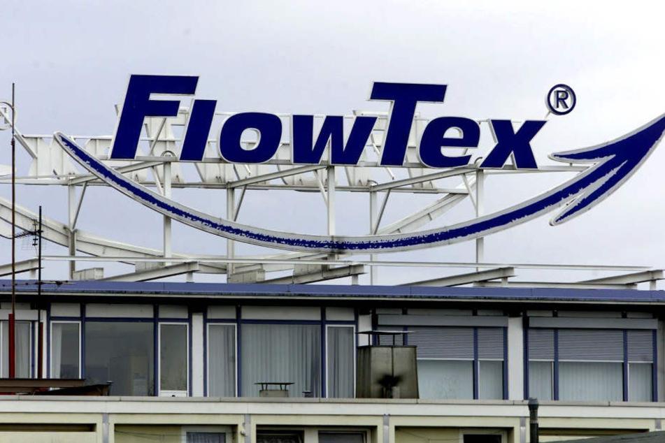 Das Flowtex-Logo auf dem Dach der ehemaligen Firmenzentrale in Ettlingen (Kreis Karlsruhe) im November 2000.