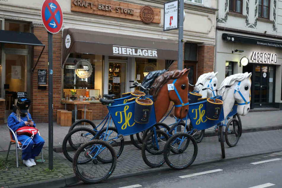 Das Warten auf den Beginn des Rosenmontagszuges in Köln.