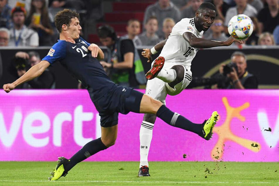 Antonio Rüdiger (r.) schlägt eine gefährliche Flanke, die Frankreichs Benjamin Pavard (l.) nicht mehr abblocken kann.