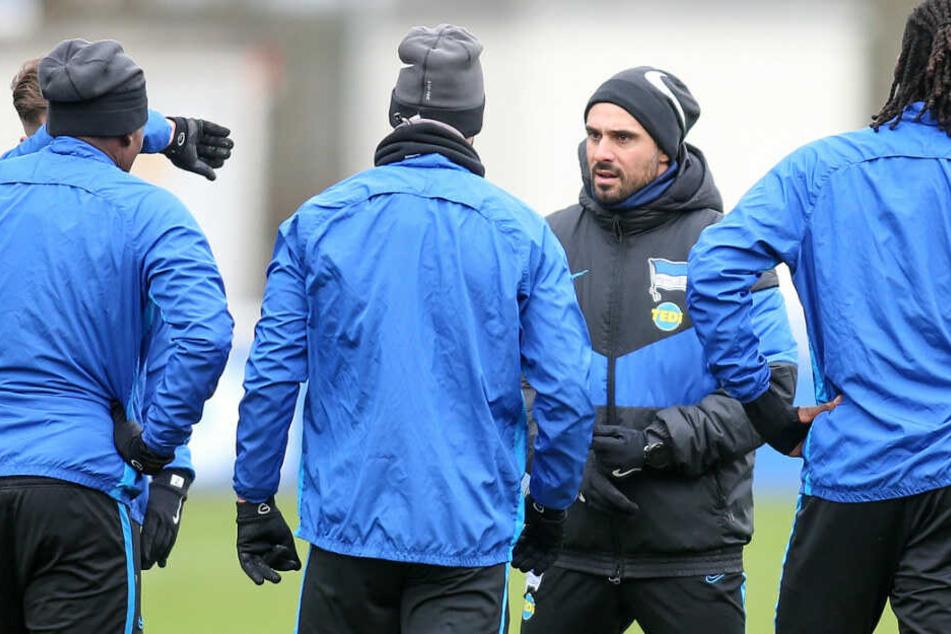 Hertha-Trainer Alexander Nouri spricht zu seinen Spielern.