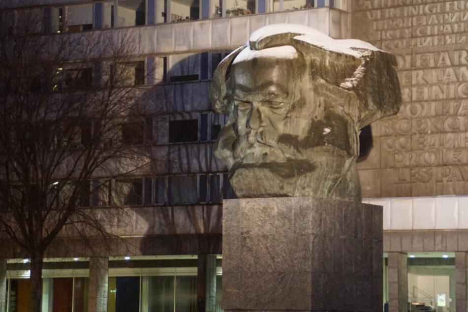 In der Nacht zu Samstag hat das Marx-Monument in Chemnitz eine weiße Haube bekommen.