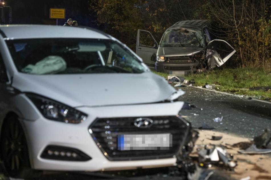 Der Transporter-Fahrer wurde bei dem Zusammenprall aus dem Fahrzeug geschleudert.