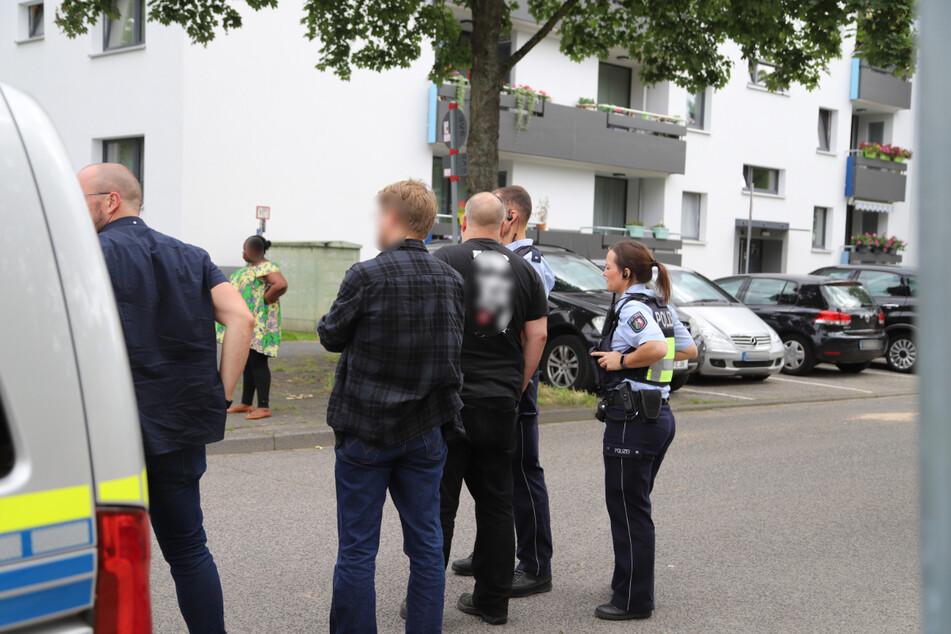 Der Polizist musste Warnschüsse abgegeben. Die Lage am Einsatzort sei gesichert, hieß es.