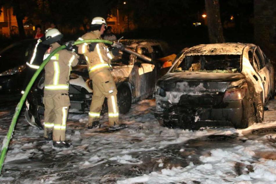 Schon wieder! Autos stehen in lichterloh Flammen