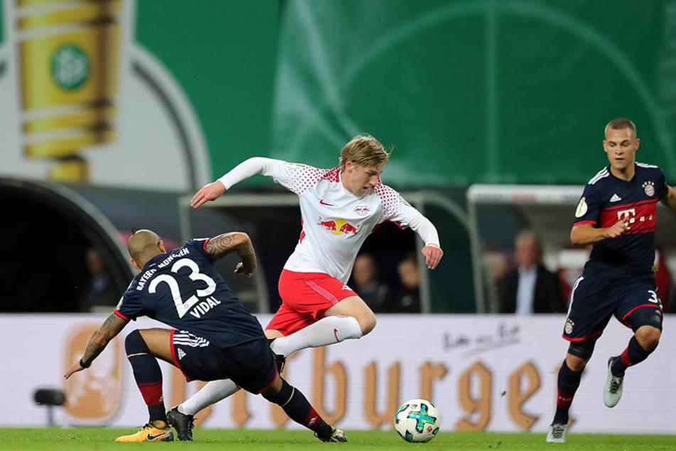 Größter Aufreger in der 1. Halbzeit: Emil Forsberg kommt durch Arturo Vidal (li.) zu Fall. Schiri Felix Zwayer gibt erst Elfmeter, entscheidet dann auf Freistoß.