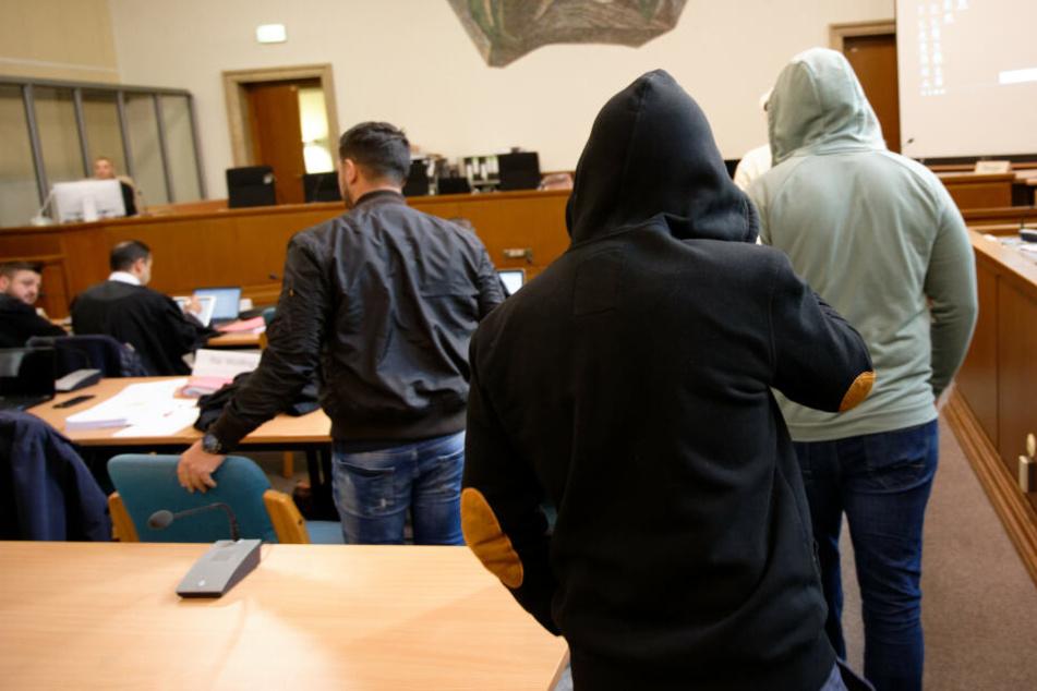 Angeklagte kommen beim Prozess um die sogenannte Scharia-Polizei in einen Gerichtssaal des Landgerichts.