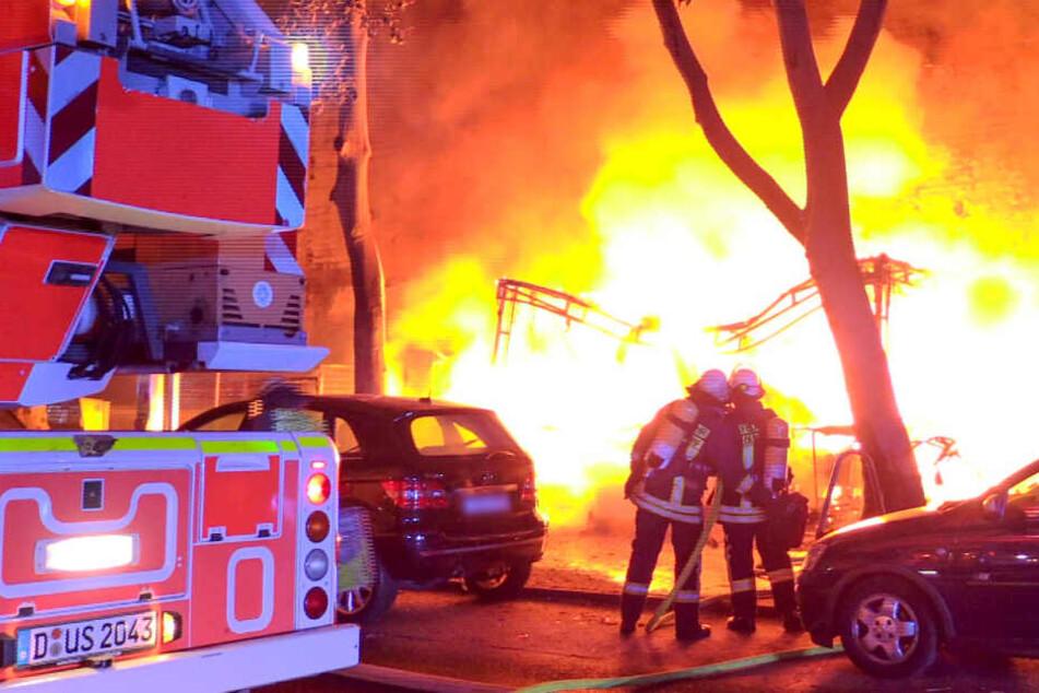 Großbrand in Düsseldorf: Imbiss-Wagen brennt, Feuer greift über