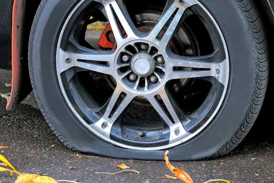 Die vier Räder des VW wurden beschädigt, das Auto war nicht mehr fahrbereit. (Symbolbild)