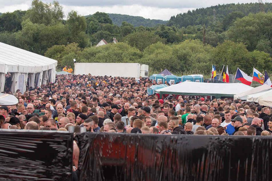 Tausende Rechte tummeln sich auf dem Festivalgelände. Die Veranstalter mussten sogar das Gelände erweitern.