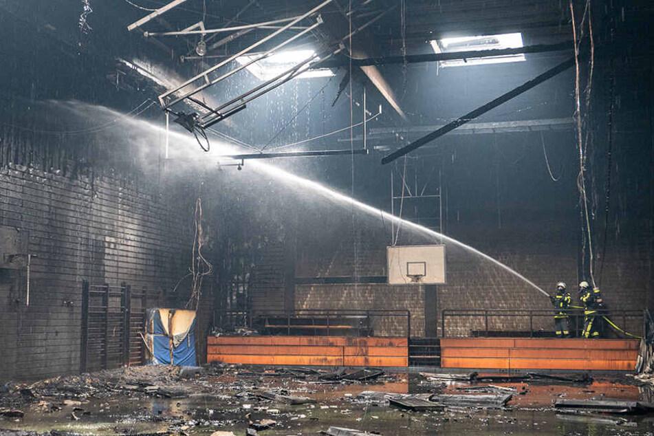 Großbrand an Schule hält Feuerwehr in Atem: Turnhalle einsturzgefährdet!