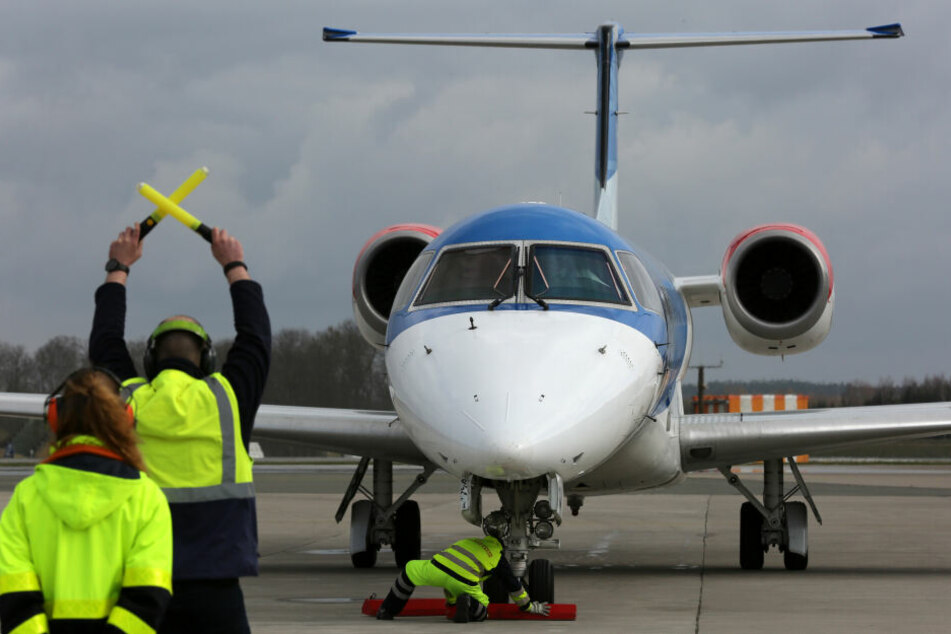 Ein Flugzeug landet auf dem Flughafen Rostock-Laage.