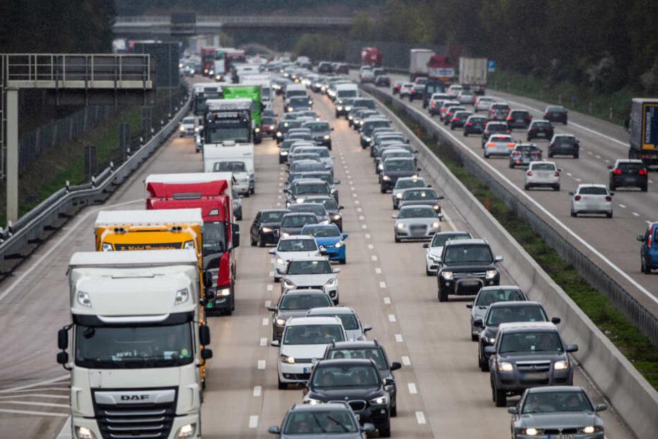 Der Verkehr staut sich auf der Autobahn.