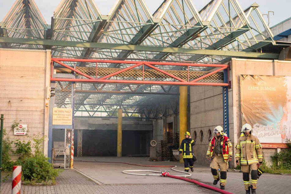 In einer Recycling-Firma in Ottendorf-Okrilla brach am Sonntagabend ein Feuer aus.