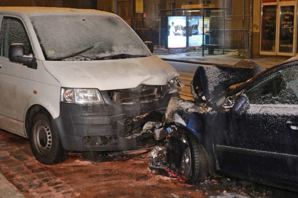 Der Fahrer des VW (66) und ein Beifahrer des Skoda Octavia wurden schwer verletzt.