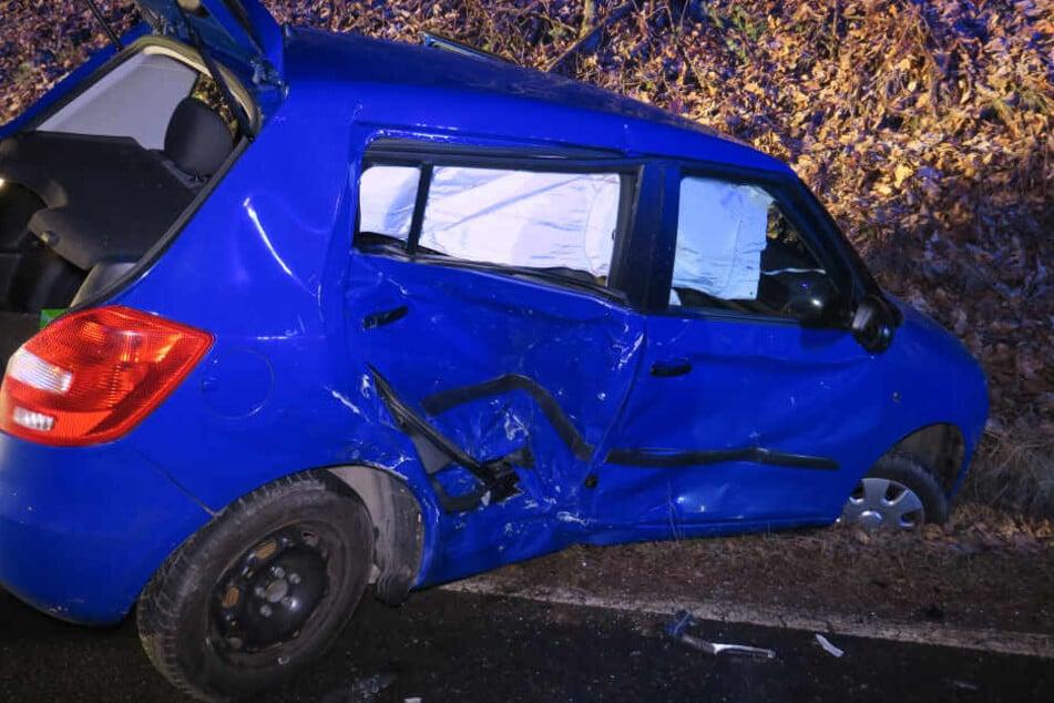 Frontal-Unfall bei Aue: Skoda rutscht in Straßengraben