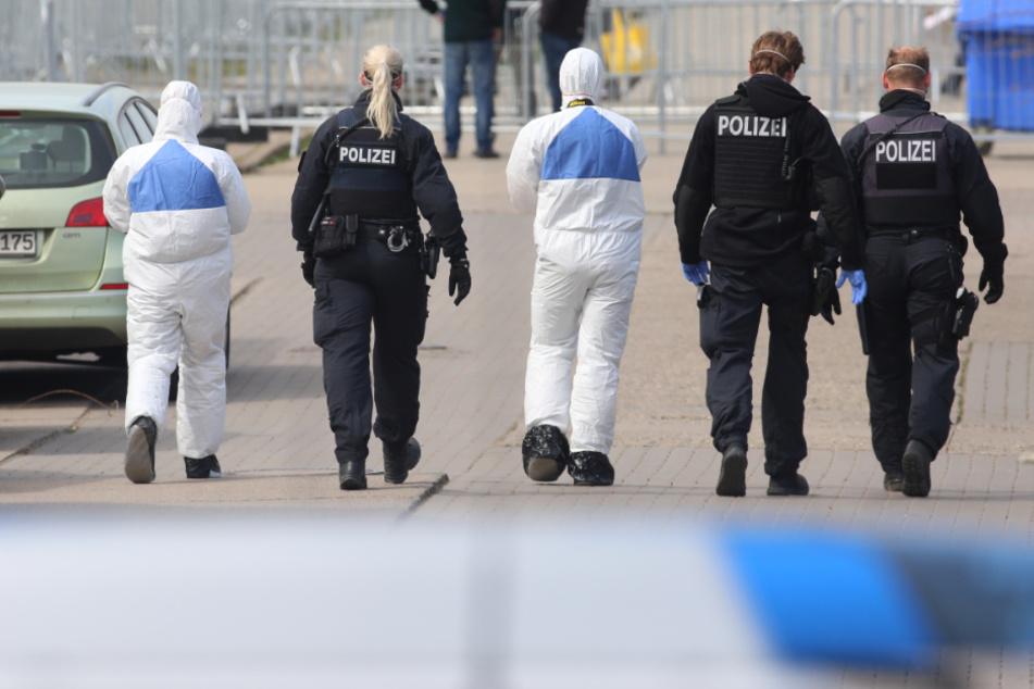 Polizeibeamte sichern in der Zentralen Anlaufstelle für Asylsuchende (ZASt) einen Polizeieinsatz ab.