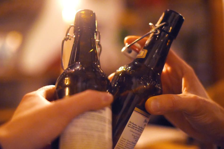 Sie tranken zusammen, dann rastete der Angeklagte aus. (Symbolbild)