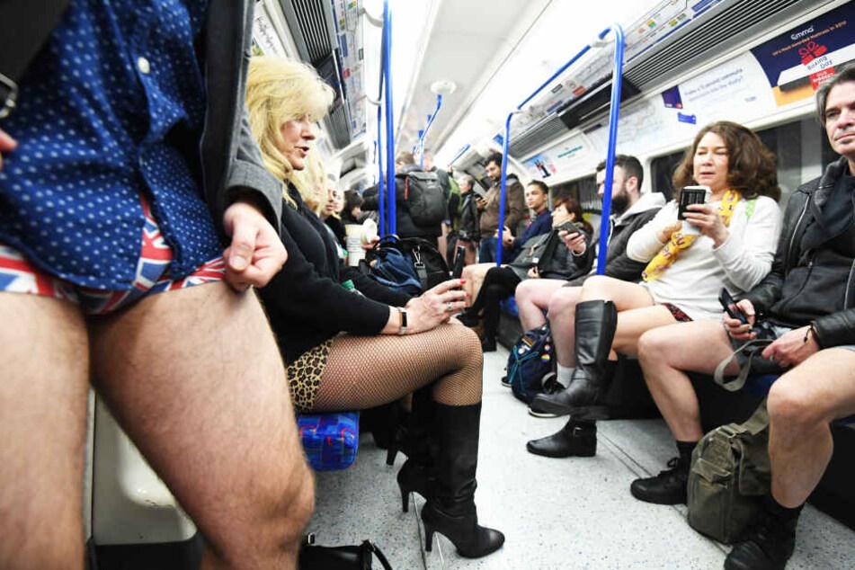 Darum sitzen hier so viele Menschen ohne Hose in der U-Bahn
