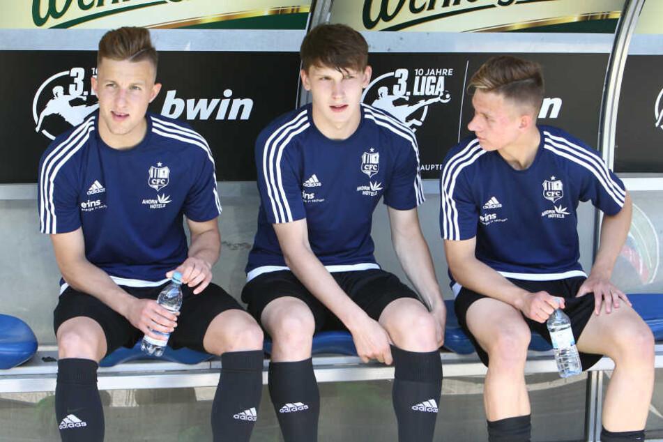 Sie sind die Zukunft des Chemnitzer FC: Tim Campulka, Paul-Luis Eckhardt und Erik Tallig (v.l.) nahmen in Magdeburg zunächst auf der Bank Platz, wurden später aber von Trainer David Bergner eingewechselt.