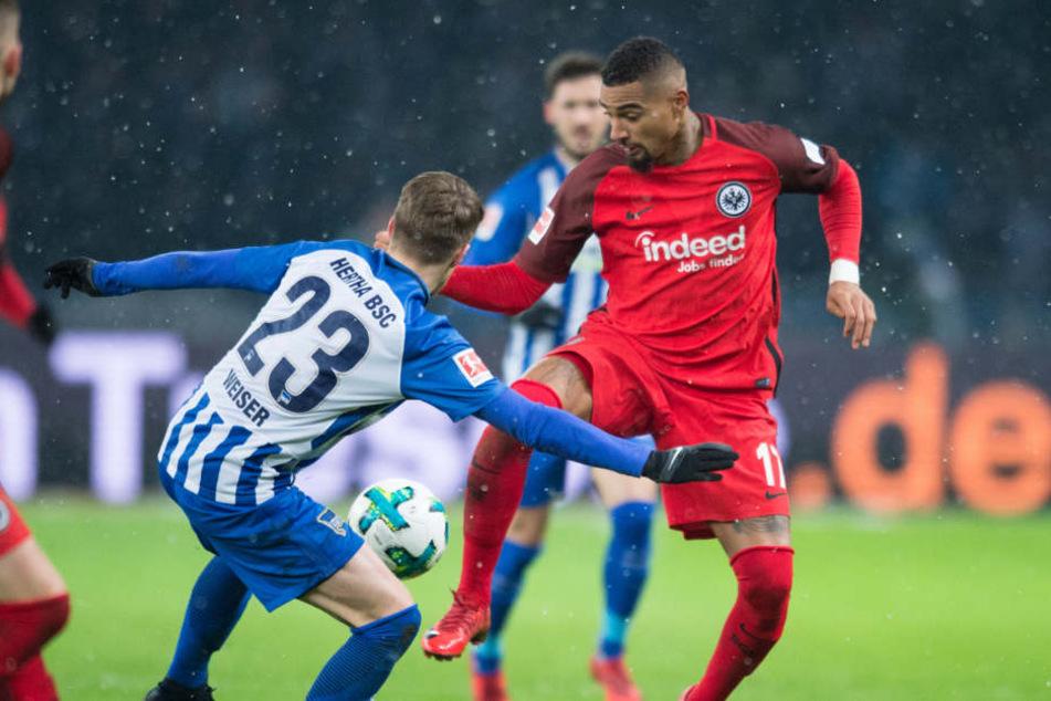Berlins Mitchell Weiser (M) kämpft um den Ball gegen Eintrachts Kevin-Prince Boateng (r).