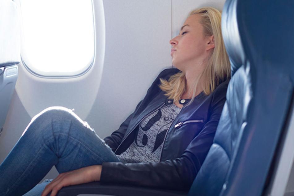 Ein Mann soll eine 22-Jährige im Flugzeug schwer sexuell missbraucht haben (Symbolbild).