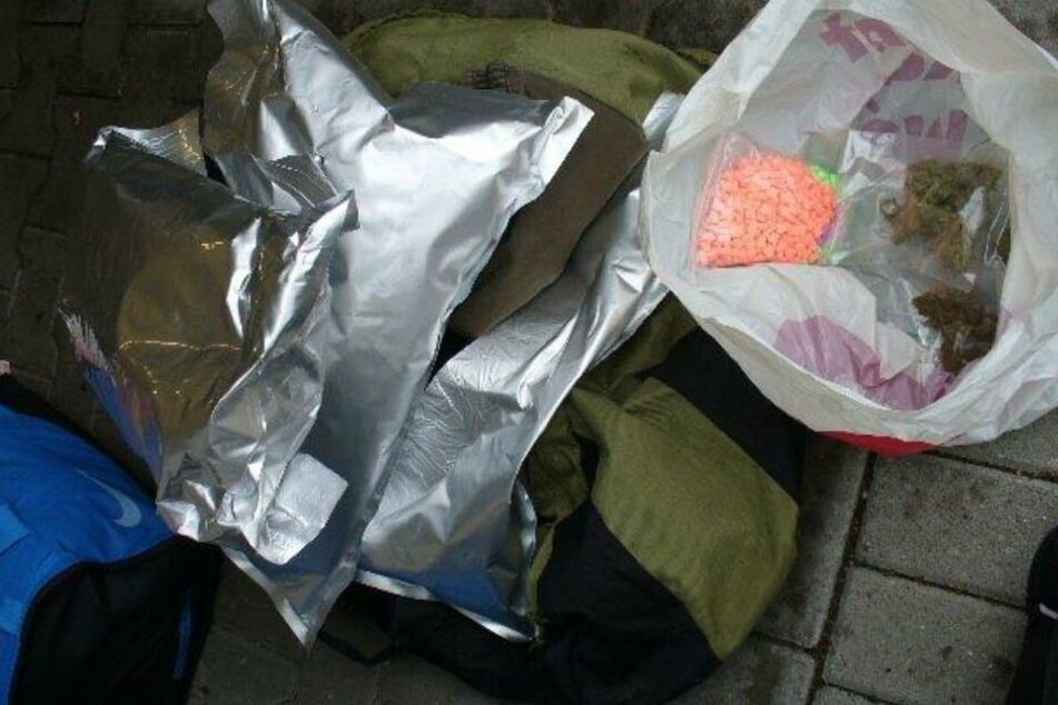 Mehrere Kilo Ecstasy und Gras: Zoll erwischt Frau beim Drogenschmuggel