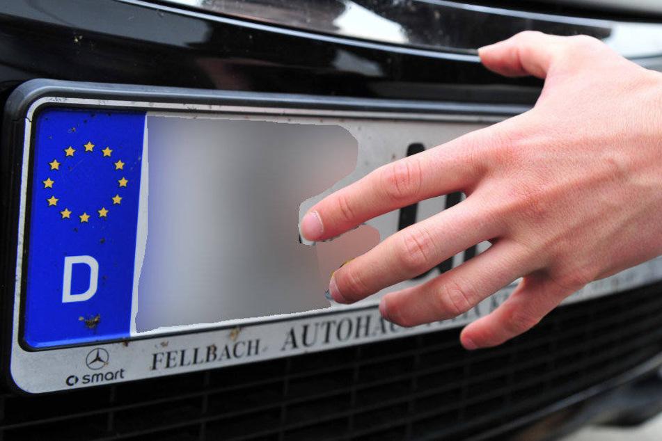 Der 26-Jährige wollte die Kennzeichen des Streifenwagens klauen. (Symbolbild)