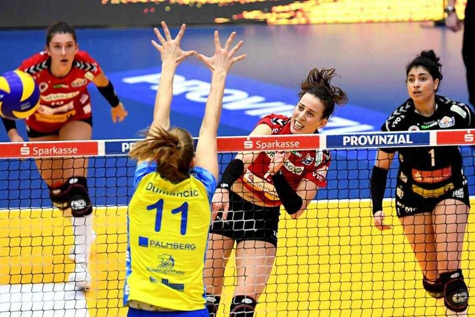 Maria Segura (8 Punkte) im Angriff gegen Schwerins Beta Dumancic. Nikola Radosova (l.) und Amanda Benson beobachten die Szene.