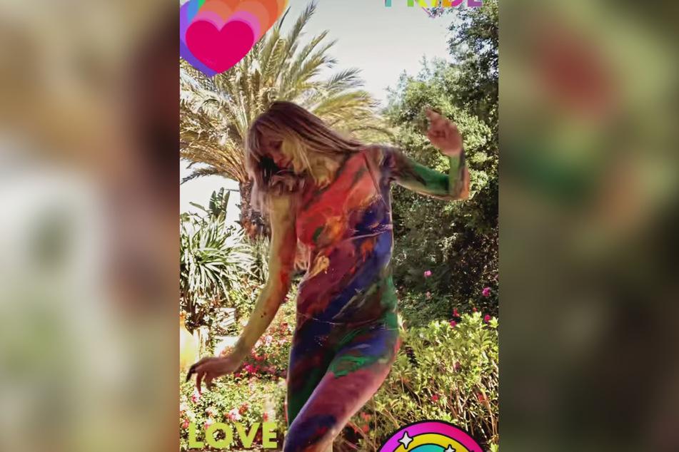"""Bunt und leicht bekleidet feiert Heidi Klum (48) ihren Geburtstag und den gleichzeitig stattfindenden """"Pride Month""""."""
