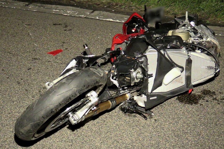 Der Fahrer (†57) prallte mit seinem Motorrad gegen die Leitplanke sowie ein Verkehrszeichen.
