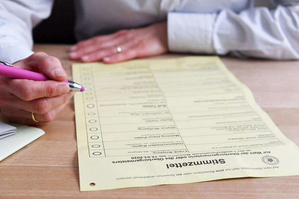 Ein Stimmzettel liegt zum Ankreuzen bereit. Wie gewählt wird, dafür gibt es verschiedene Möglichkeiten.