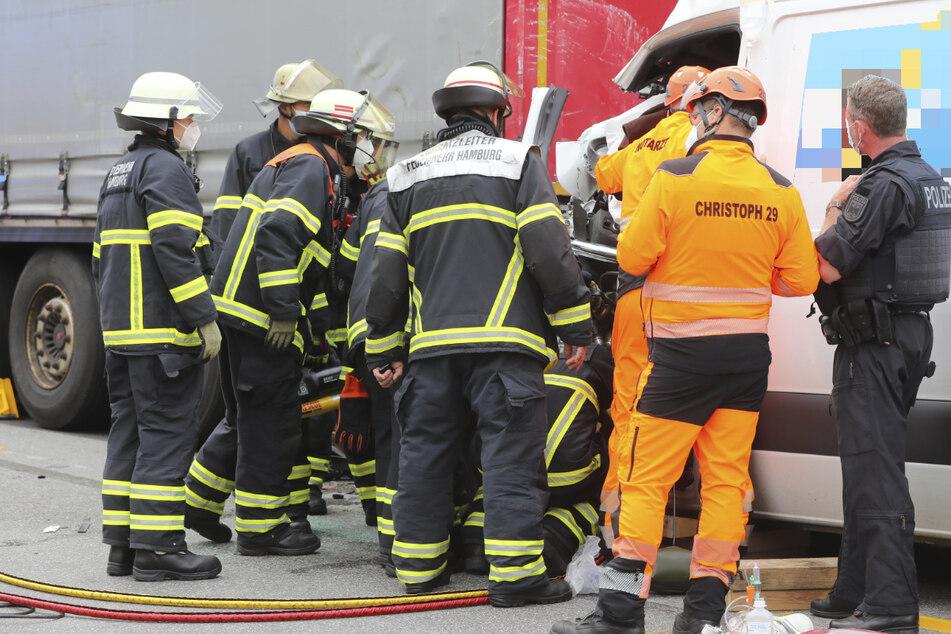 Feuerwehr und Rettungsdienst versorgen den Verletzten im Fahrzeug.