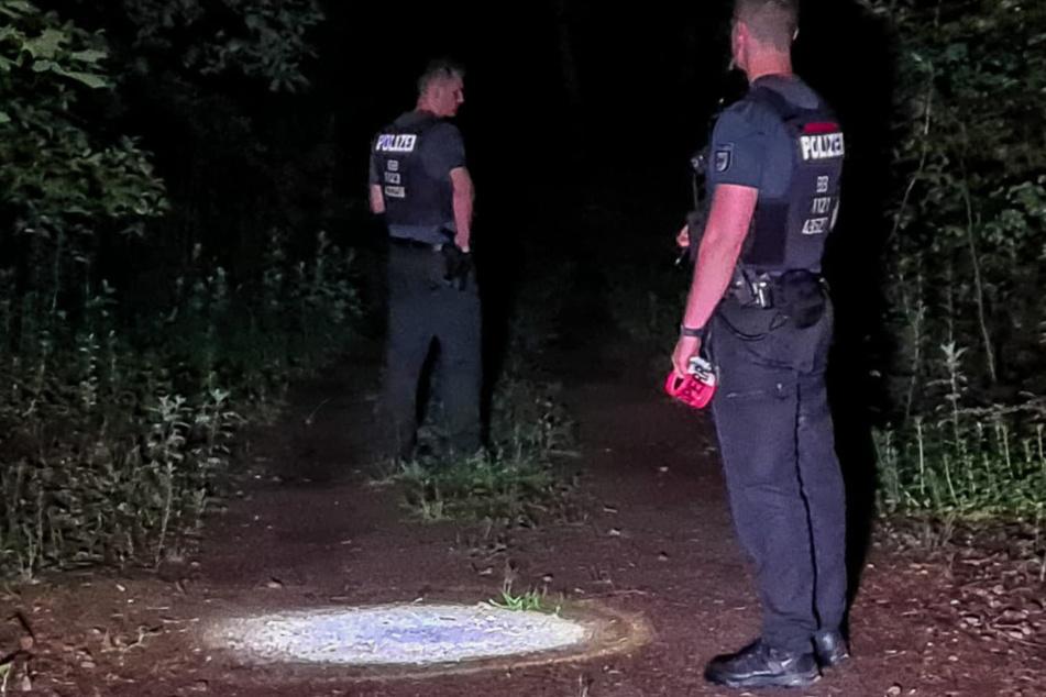 Polizisten suchen nach Spuren.