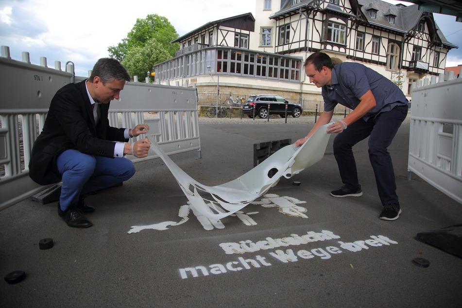 Leider kaum zu lesen: Die Sprühaktion von Verkehrsbürgermeister Stephan Kühn (41, Grüne, l.) ist etwas schiefgegangen ...