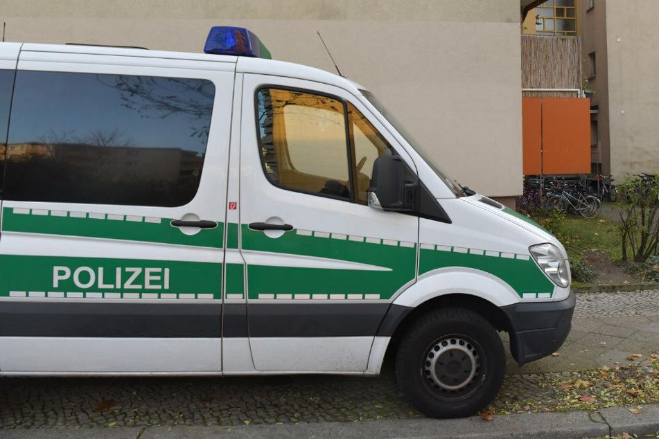 Frau in Wohnhaus lebensgefährlich verletzt: Polizei verhaftet Tatverdächtigen