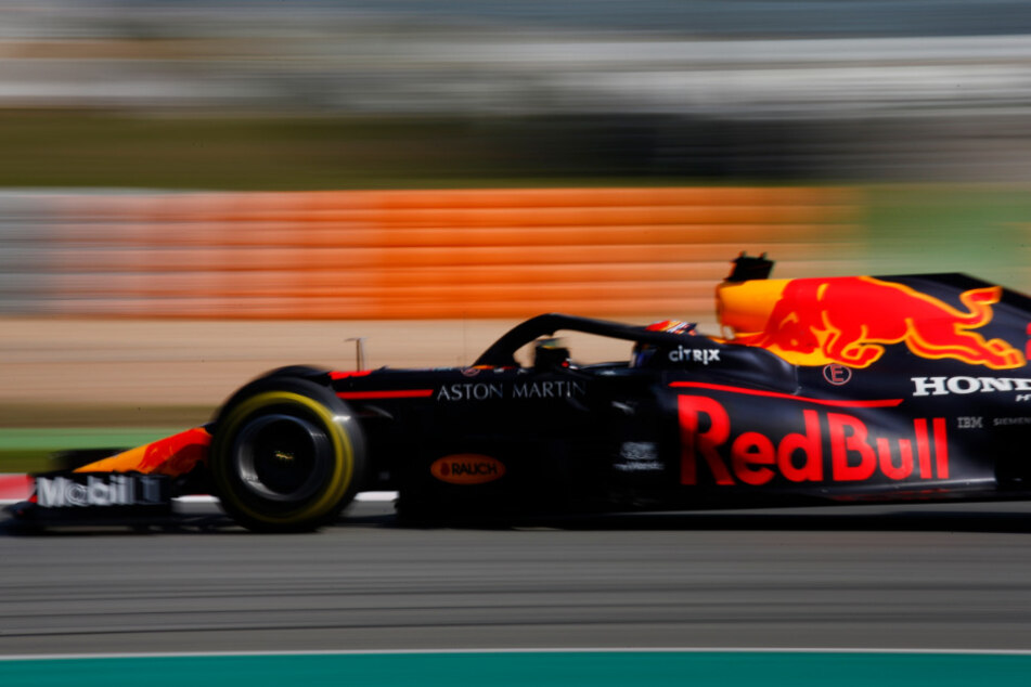 Abschluss der Testfahrten vor der neuen Saison: Alexander Albon aus Thailand vom Team Red Bull Racing steuert sein Auto bei einer Testfahrt über die Rennstrecke.