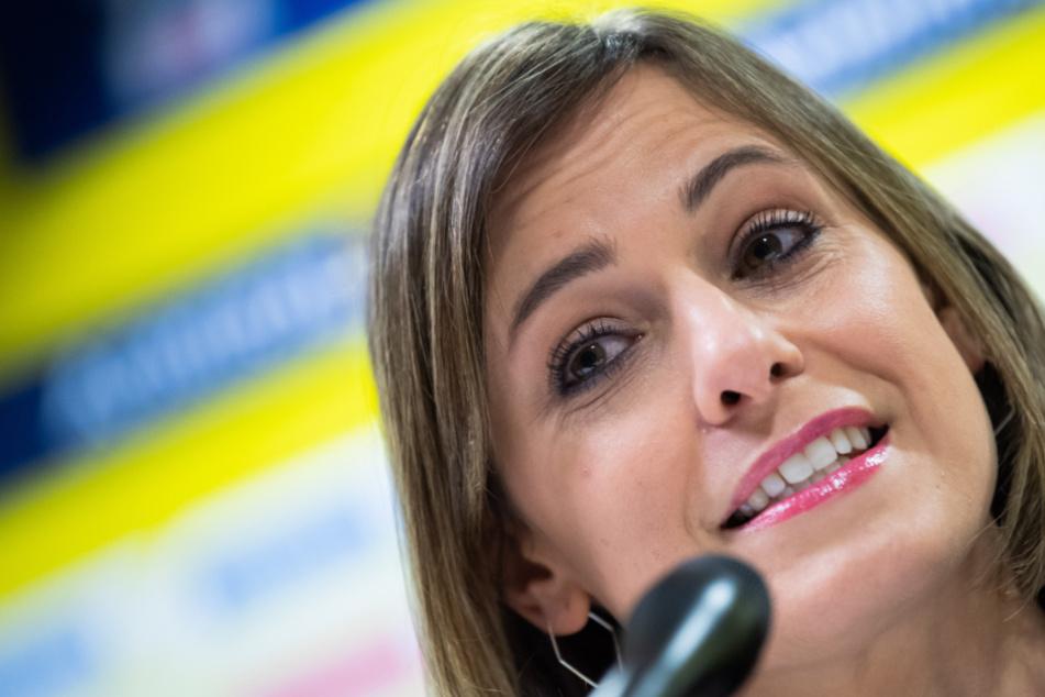 Jennifer Kettemann, Geschäftsführerin der Rhein-Neckar Löwen, nimmt an einer Pressekonferenz teil.