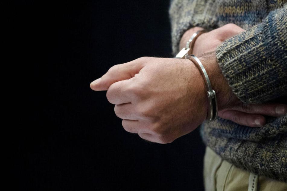 Der Mann wurde nach Deutschland ausgeliefert und sitzt nun in Untersuchungshaft. (Symbolbild)