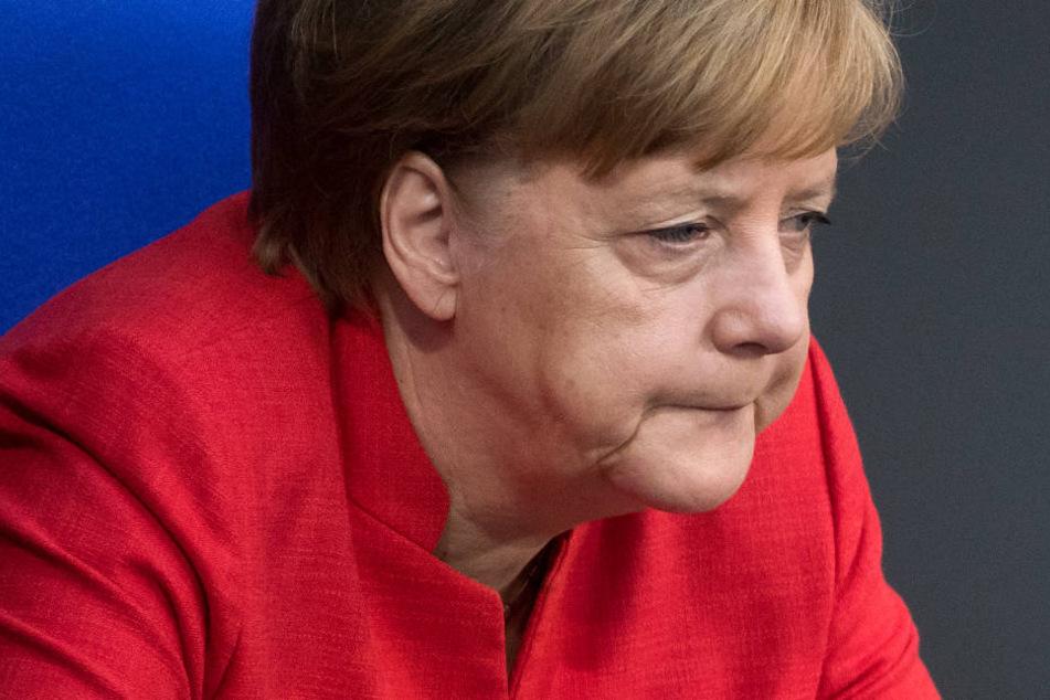 Bundeskanzlerin Angela Merkel sitzt bei der Plenarsitzung des Deutschen Bundestages im Reichstagsgebäude an ihrem Platz.